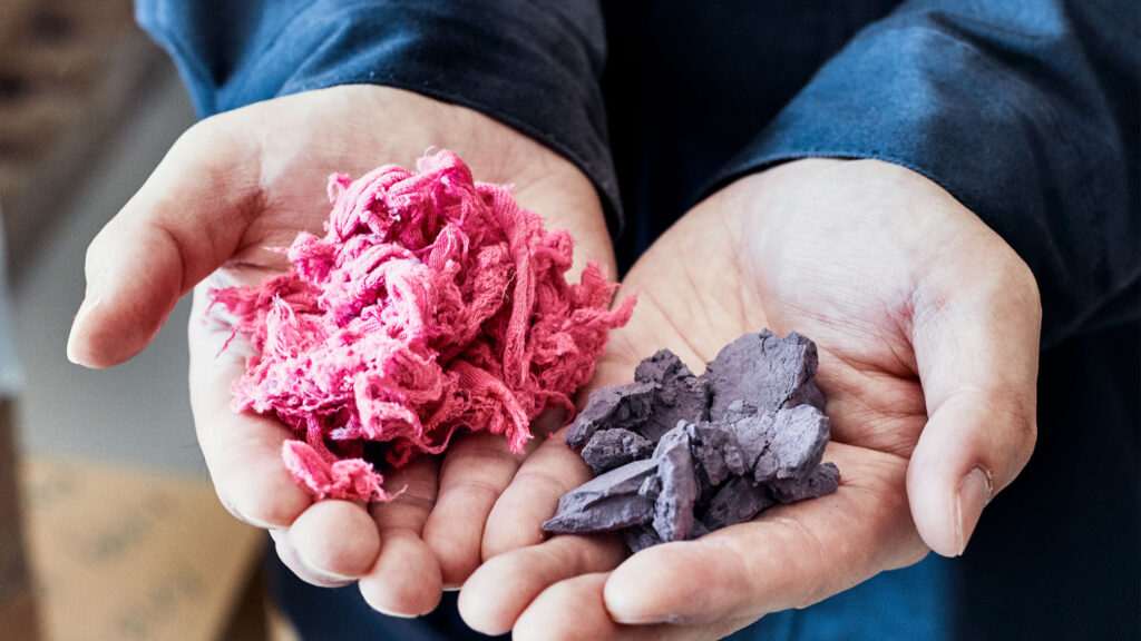 The output: polyester fibres to the left, cellulose powder to the right.